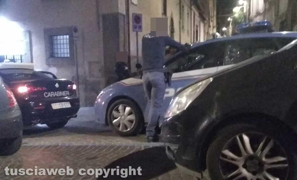 Viterbo - Polizia e carabinieri in via Cairoli