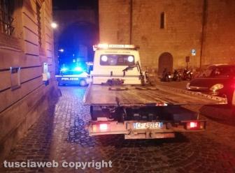 Viterbo - Si schiantano contro due auto in via Mazzini