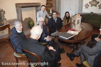 """_La famiglia Sensi consegna il libro """"Viterbo città dei papi e delle terme"""""""