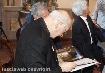 """La famiglia Sensi consegna il libro """"Viterbo città dei papi e delle terme"""""""
