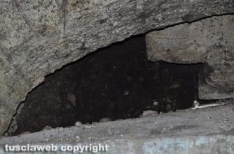 Una parete parzialmente crollata