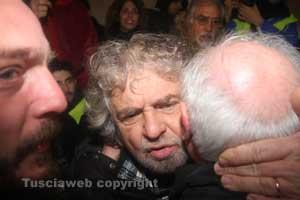 Beppe Grillo abbraccia l'amico di Canino Sandro Leoni - IMG_4450