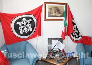 La smerigliatrice sequestrata e le bandiere di CasaPound