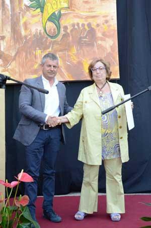 """""""Roncio d'oro"""", il consigliere delegato al Turismo Fabio Troncarelli premia uno dei partecipanti"""