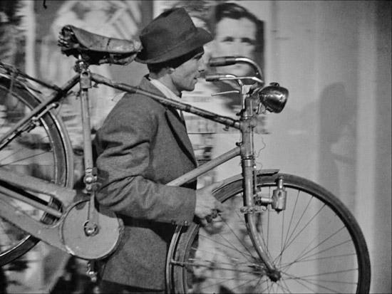 ladri di biciclette Tutti i testi di ladri di biciclette ordinati per popolarità, con video e significati.