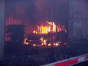 Una macchina in fiamme