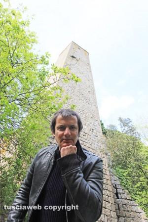Antonello Ricci sotto la torre di Pasolini