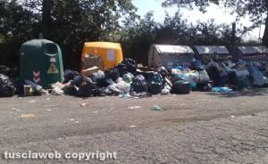 Isole ecologiche piene di rifiuti