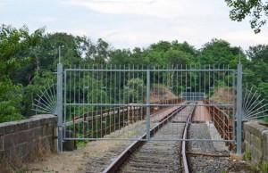 Il cancello in lamiera sul ponte della ferrovia di Ronciglione