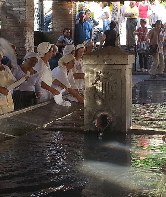 Bagno di pubblico per il primo compleanno delle lavandaie - Donne al bagno pubblico ...