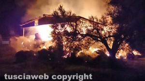 Capannone in fiamme - Intervento dei vigili del fuoco