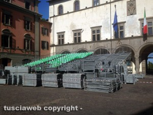 Il montaggio delle tribune a piazza del Comune