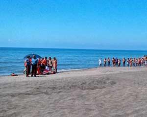 L'intervento di sanitari e carabinieri in spiaggia