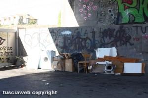 Viterbo - Sedie, lavatrici e rifiuti abbandonati in strada