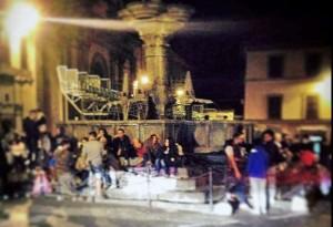 Santa Rosa - Un gruppo di giovani a piazza delle Fontana Grande, ieri sera