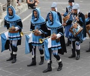 Un gruppo di tamburini durante l'Ottava medievale di Orte