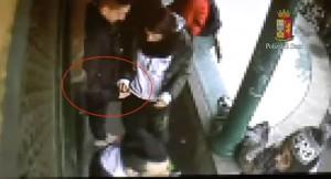 Viterbo - Spaccio al Riello - Il passaggio di droga e soldi filmato dai poliziotti