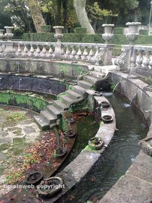 Villa Lante sporca e malridotta