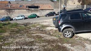 Viterbo - Il parcheggio delle Fortezze sporco e abbandonato