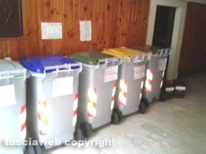 Viterbo - I secchi della differenziata in un condominio