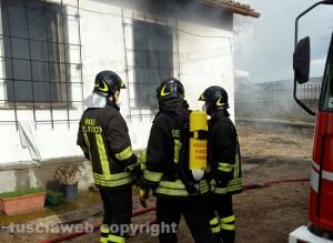 Casa a fuoco sulla Teverina - I vigili del fuoco sul posto