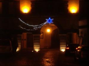 Marta illuminata a festa per Natale