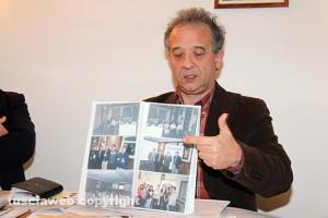 Il dentista Gianfranco Fiorita mostra le foto di suoi vecchi impegni professionali