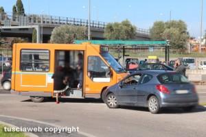 Viterbo - Frontale tra macchina e autobus all'uscita dalla Tuscanese su via Falcone e Borsellino