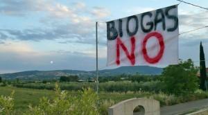 Uno degli striscioni contro il biogas
