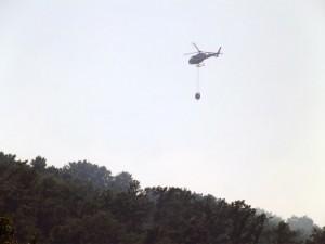 L'elicottero dei vigili del fuoco in azione