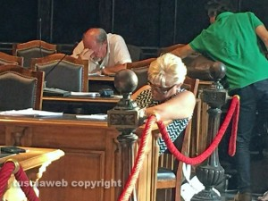 Comune - Dopo una notte insonne, Daniela Bizzarri si addormenta sui banchi
