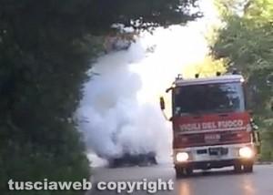 Auto in fiamme - Vigili del fuoco in azione