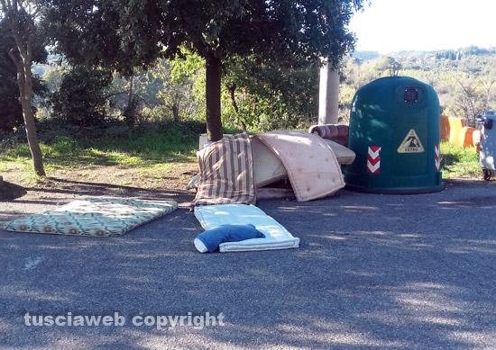 Mobili, materassi e divani abbandonati a Roccalvecce\