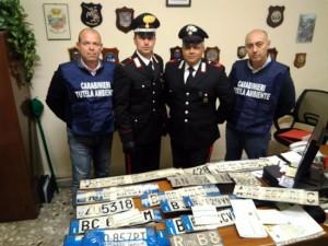 I carabinieri con le targhe ritrovate