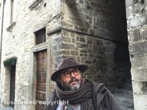 Gubbio - Carlo Galeotti davanti a via Galeotti la più antica della città