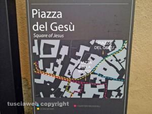 La cartina in via San Lorenzo che indica piazza del Gesù