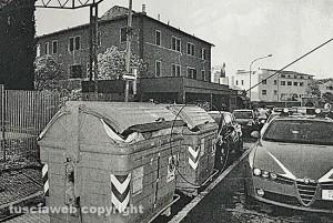 Feto nel cassonetto - La polizia sul posto