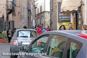 Viterbo - Via San Lorenzo - Auto nel centro storico
