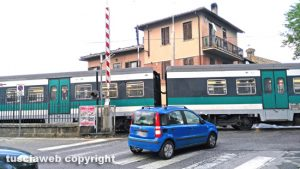 Bagnaia - Passa il treno con il passaggio a livello aperto