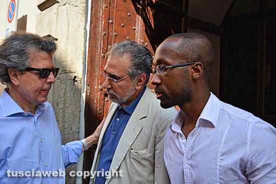 Rudy Guede fuori dal carcere di Mammagialla con l'avvocato Fabrizio Ballarini e Claudio Mariani