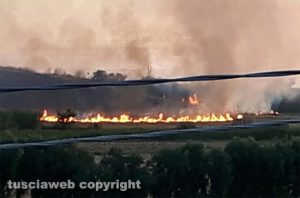 Un incendio lungo una ferrovia