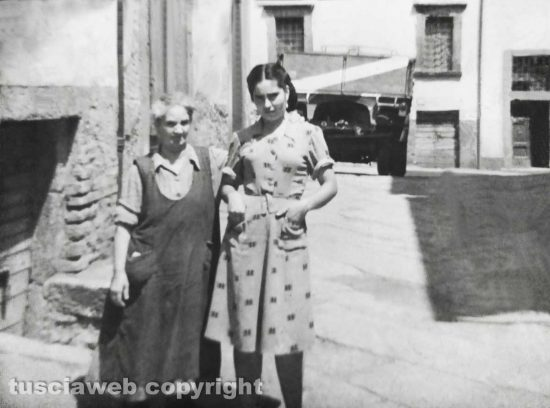 Viterbo - Come eravamo - 1950 - Giulia Achilli e Mafalda Tavani in via del Gallo