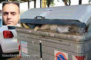 Viterbo - Il cassonetto di via Solieri dove è stato ritrovato il feto - Nel riquadro l'avvocato Samuele De Santis