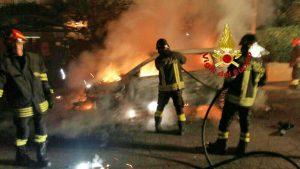 Auto in fiamme - Un intervento dei vigili del fuoco