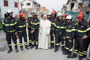 Papa Francesco con Paduano e i vigili del fuoco nelle terre colpite dal sisma