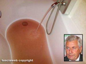 Acqua marrone dai rubinetti - Nel riquadro il sindaco Leonardo Michelini