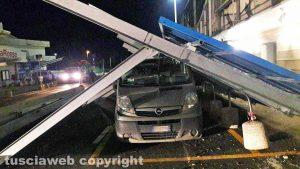 Viterbo - Il vento fa crollare l'nsegna di Decathlon su un'auto