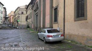Viterbo - Auto in divieto di sosta a piazza Fontana Grande