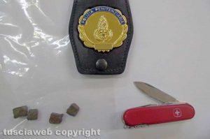 Viterbo - Carcere di Mammagialle - La sostanza e un coltellino sequestrati