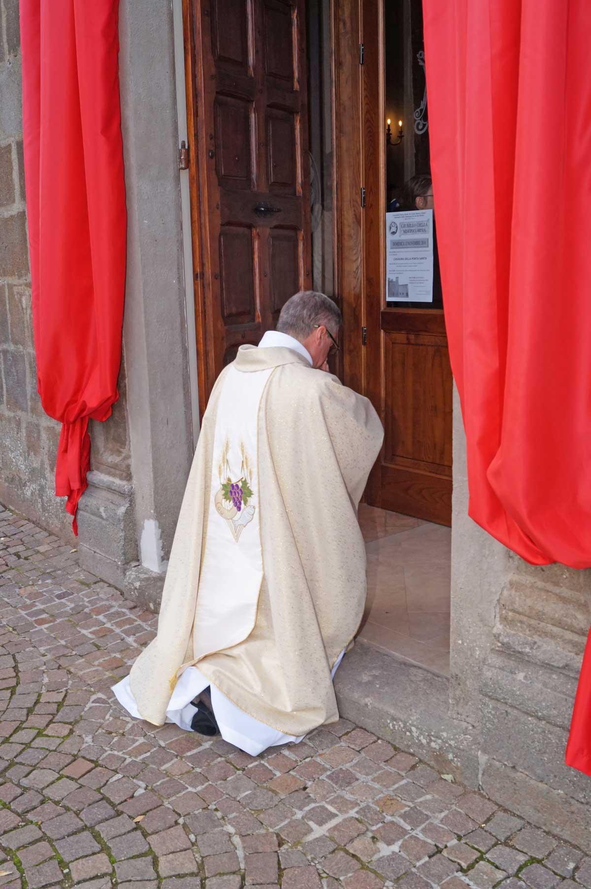 Don roberto chiude la porta santa - Chiudere la porta ...